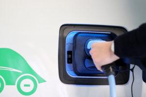 Ladekabel wird in E-Auto eingesteckt.